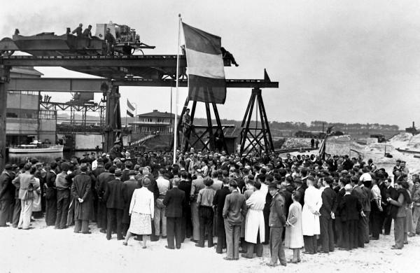 De vertegenwoordiger van de Geallieerden brengt zijn succeswens over aan het Hoogovenspersoneel voor de wederopbouw van het staalbedrijf.
